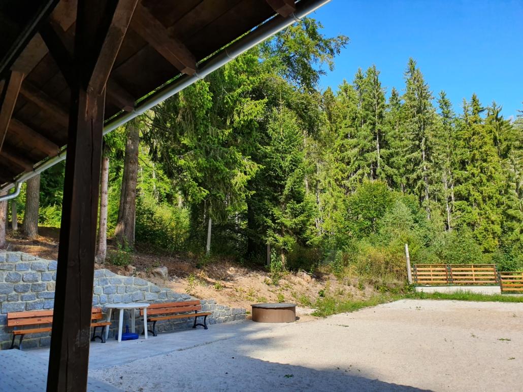 pohled z altánu na les a hřiště